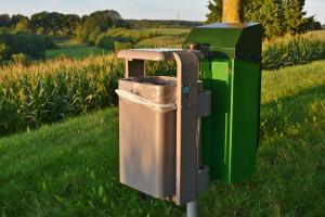 Afvalbakjes op een mooie gras heuvel
